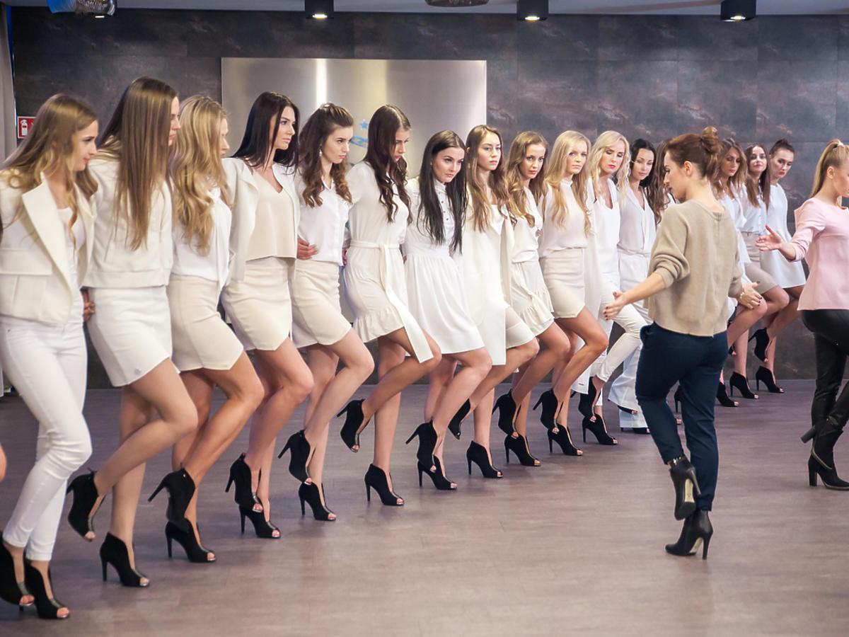 Dziewczyny uczą się tańczyć