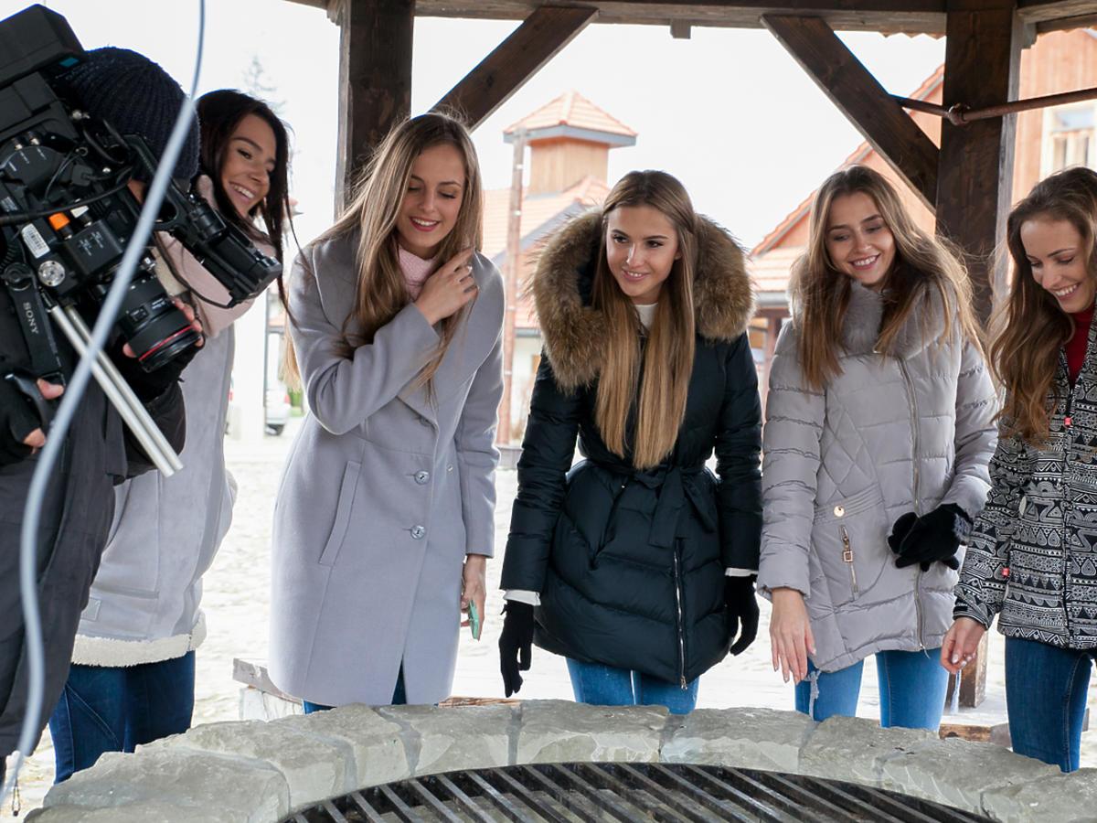 Dziewczyny z zimowych kurtkach