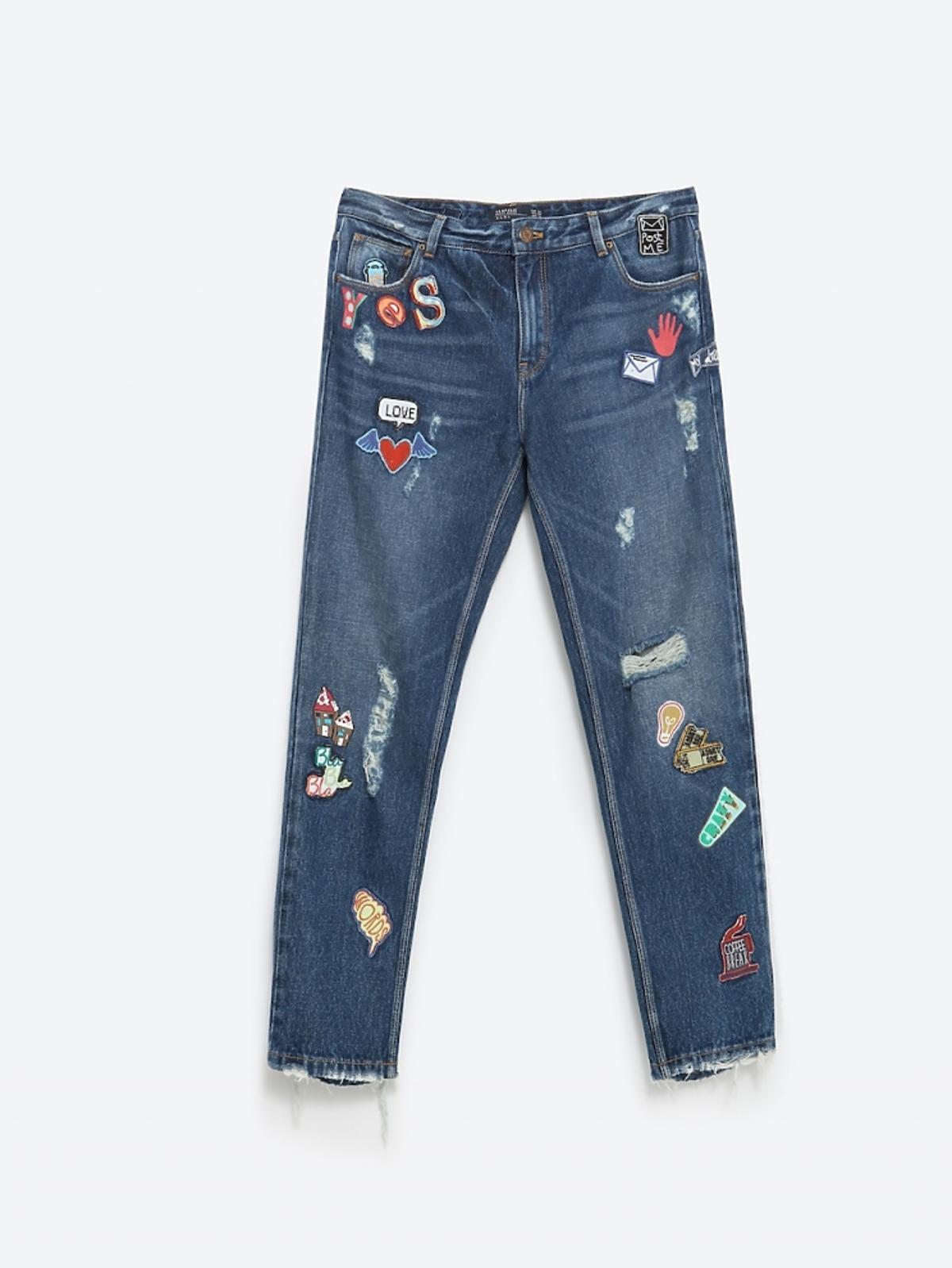 Dżinsowe spodnie z naszywkami, 89,90 zł (było: 159 zł)