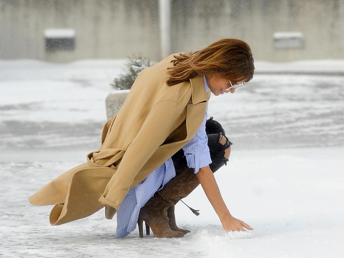 Edyta Górniak dotyka śniegu pod studiem TVP