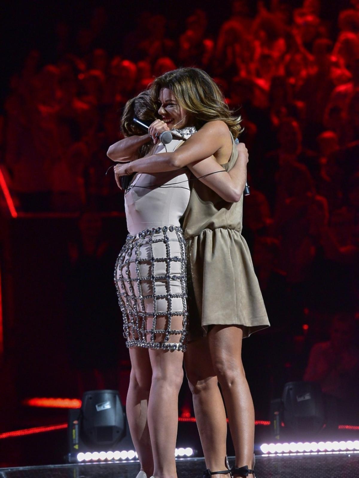 Edyta Górniak i Ana Andrzejewska w finale 6. edycji The Voice of Poland ściskają się na scenie