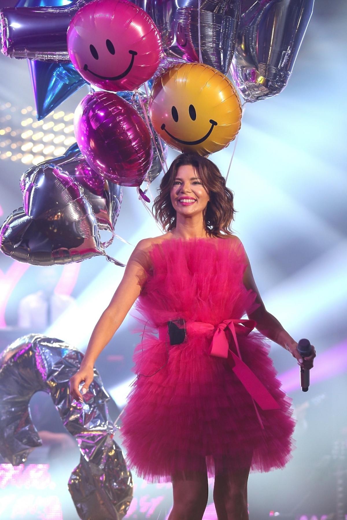 Edyta Górniak na scenie w różowej sukience z falban