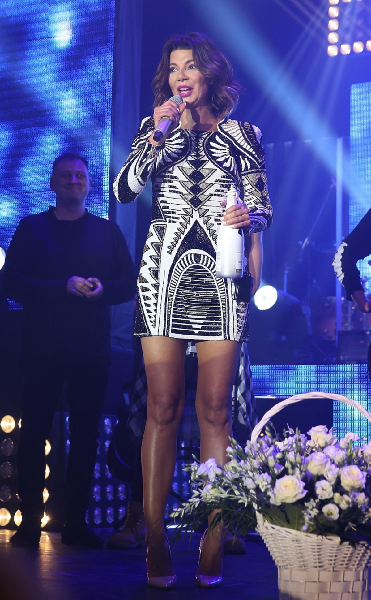 Edyta Górniak w czarnobiałej sukience wzorzystej na scenie