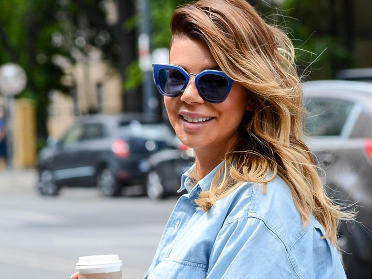 Edyta Górniak w okularach przeciwsłonecznych i dżinsowej koszuli