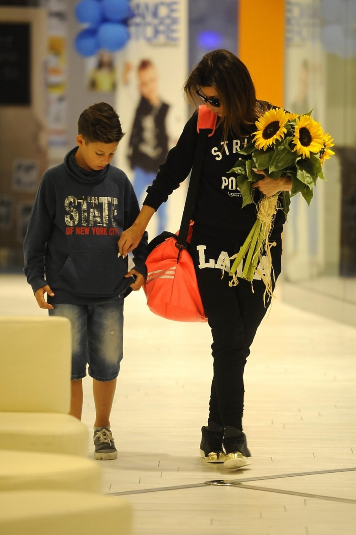 Edyta Górniak z synem Allanem wychodzi z centrum handlowego