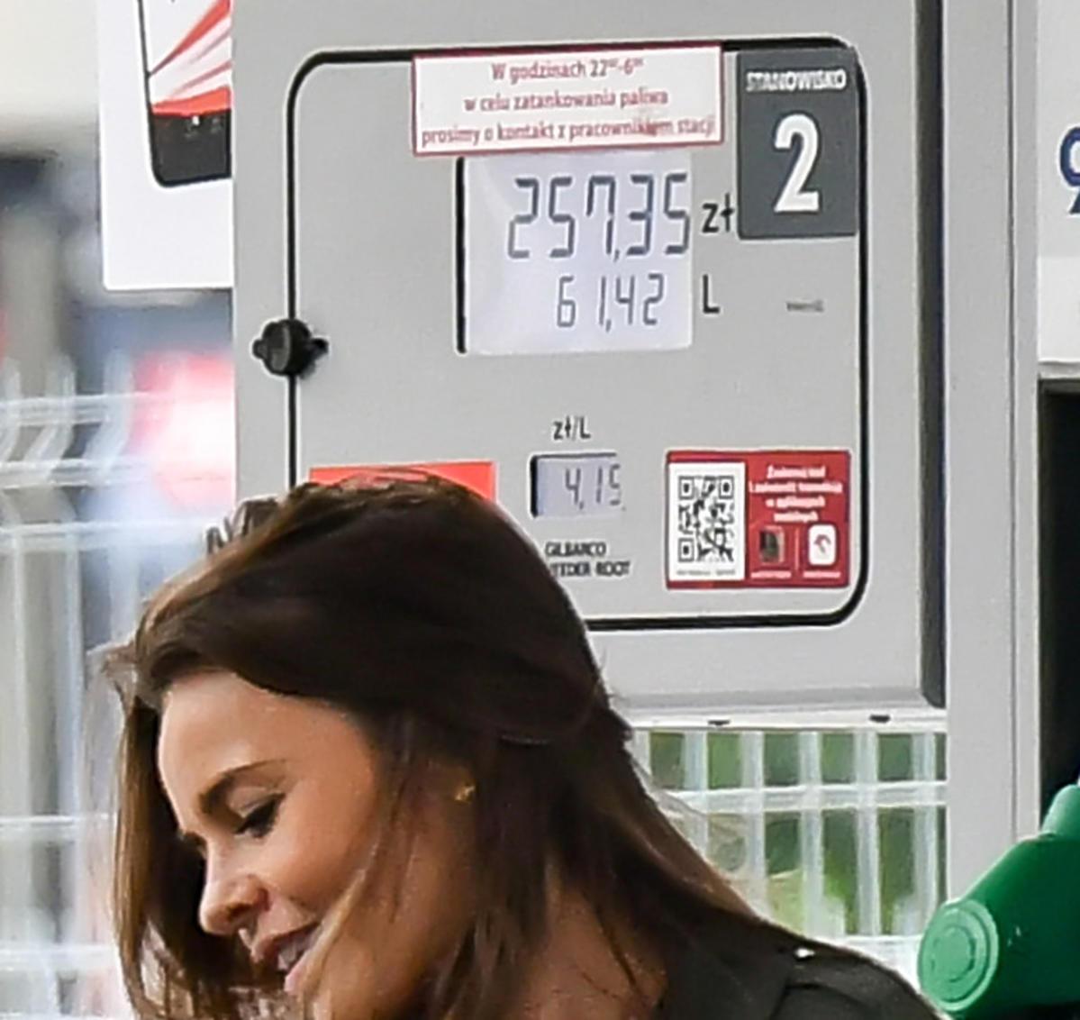 Edyta Herbuś tankuje na stacji benzynowej