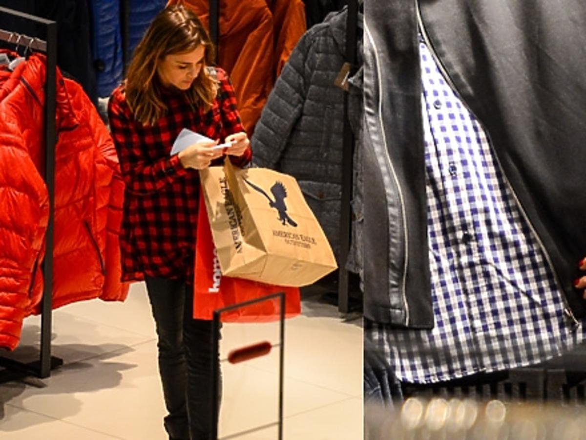 Edyta Herbuś w koszuli w czerwoną kratę na zakupach