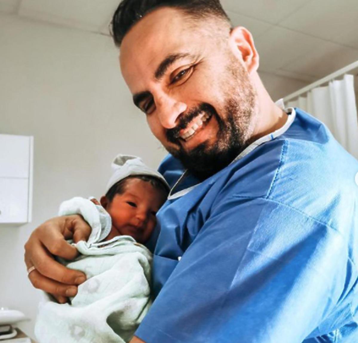 Agustin trzyma synka tuż po jego narodzinach