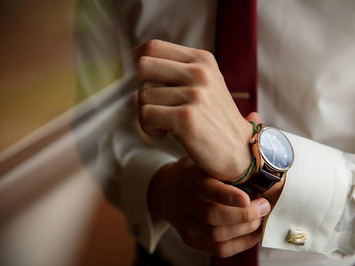 Elagancki mężczyzna z zegarkiem na nadgarstku