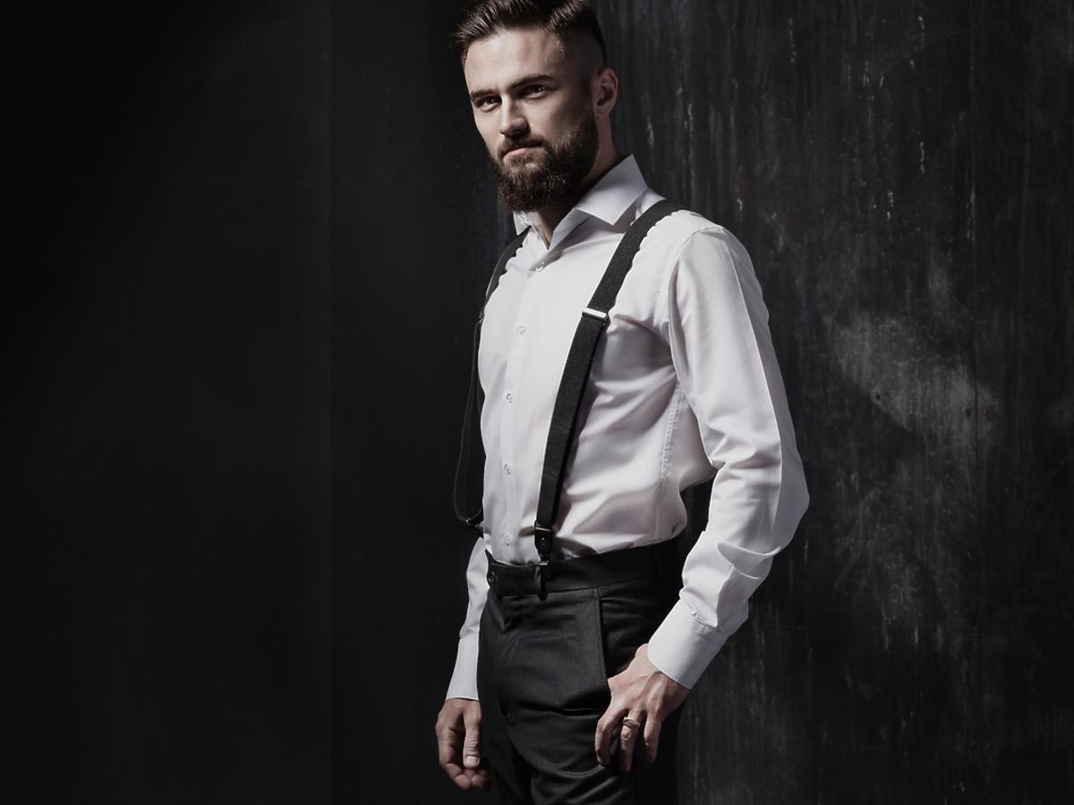 elegancki mężczyzna w szelkach