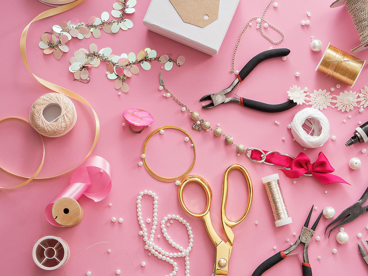 Elementy biżuterii artystycznej leżą na stole.