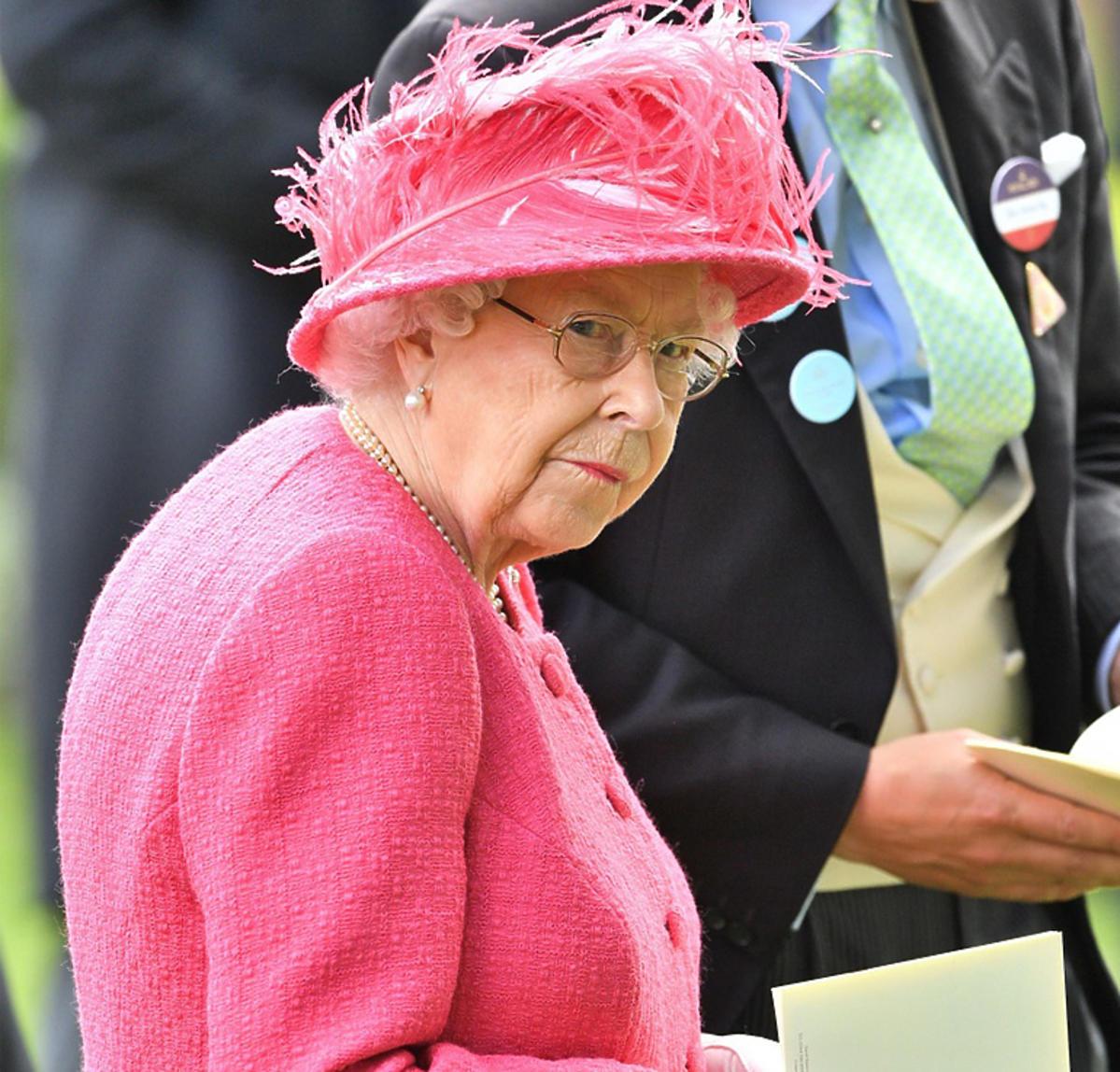 Elżbieta II w różowej garsonce w Londynie