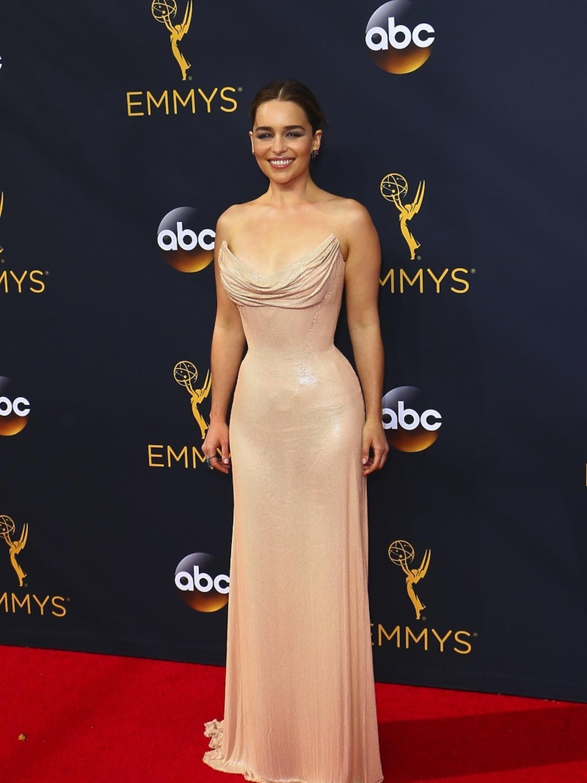 Emilia Clarke w beżowej sukni
