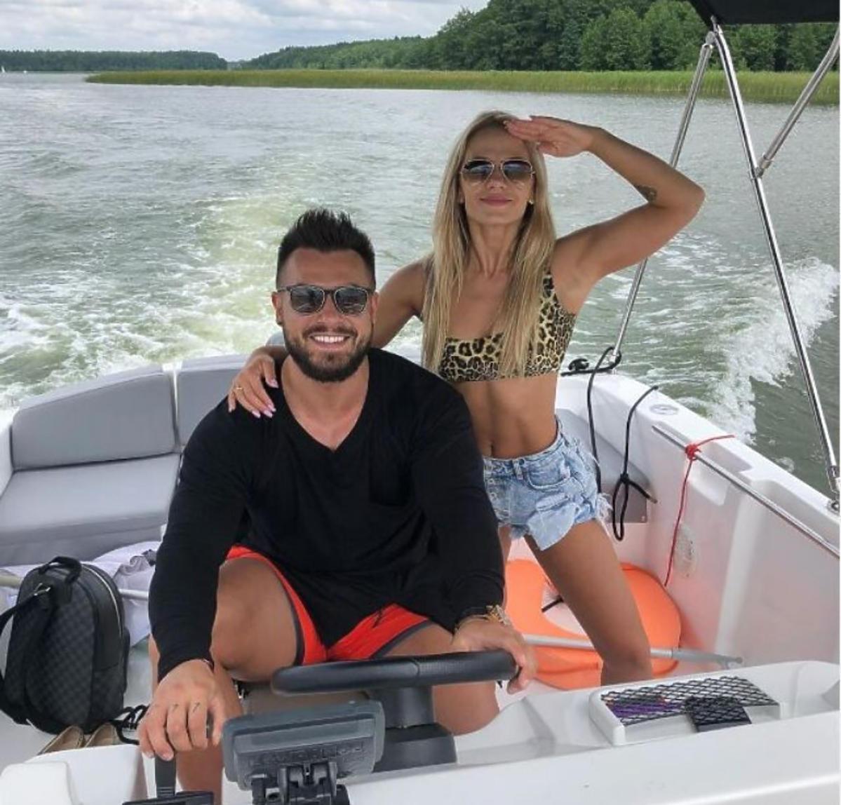 Emilian Gankowski i Kasia Dziurska pływają motorówką