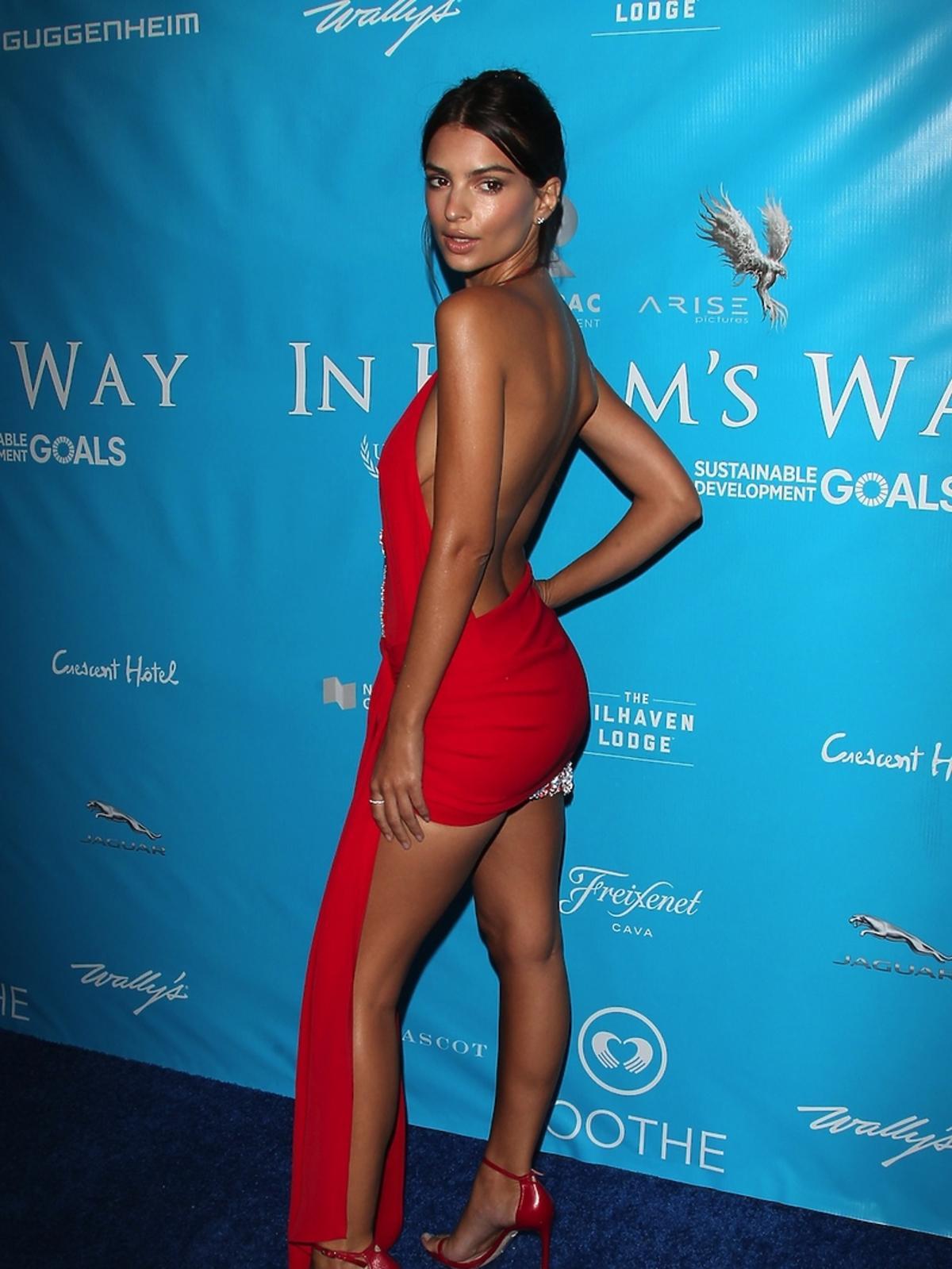 Emily Ratajkowski w bardzo krótkiej czerwonej sukience