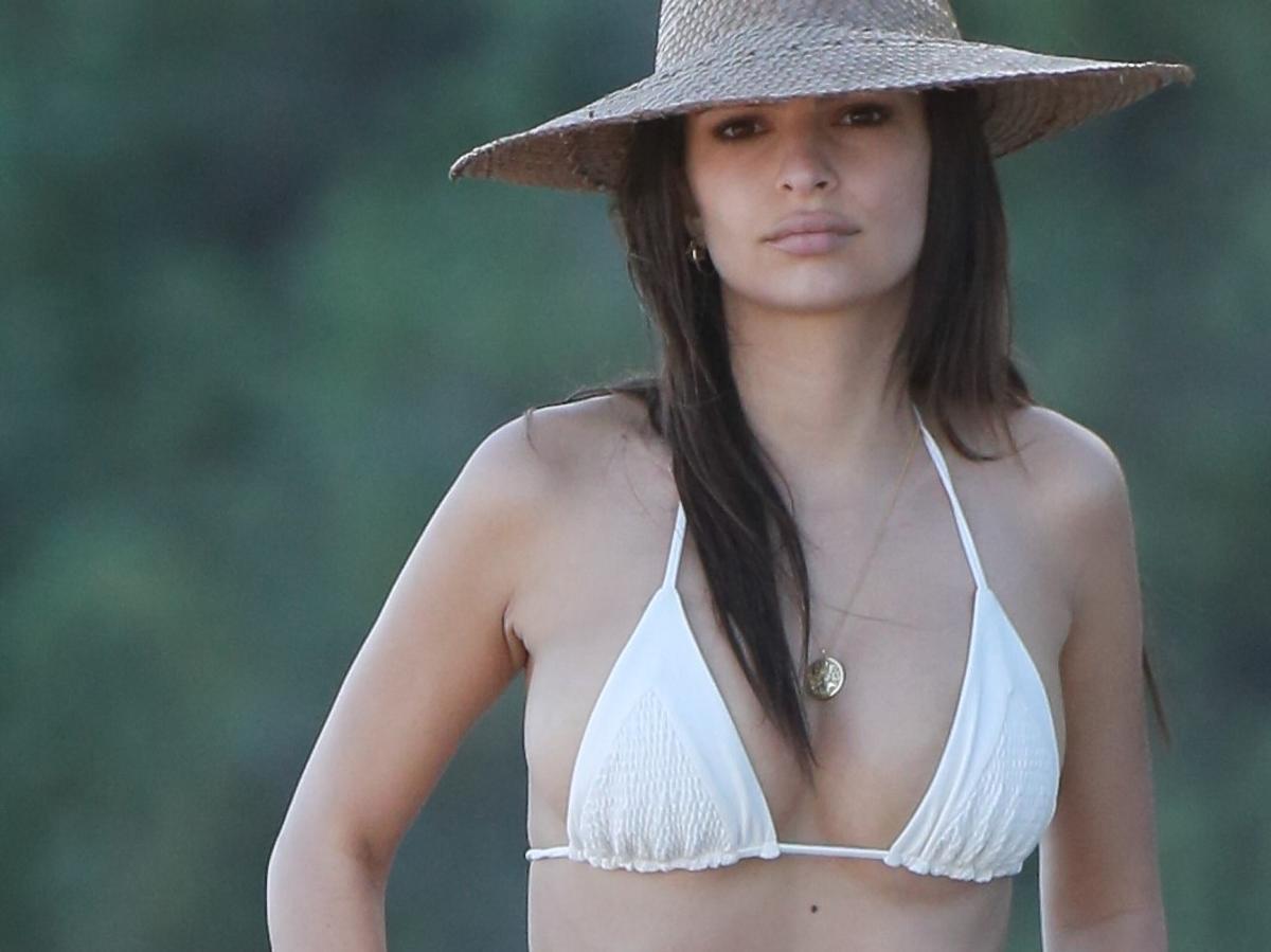 Emily Ratajkowski w białym bikini na plaży