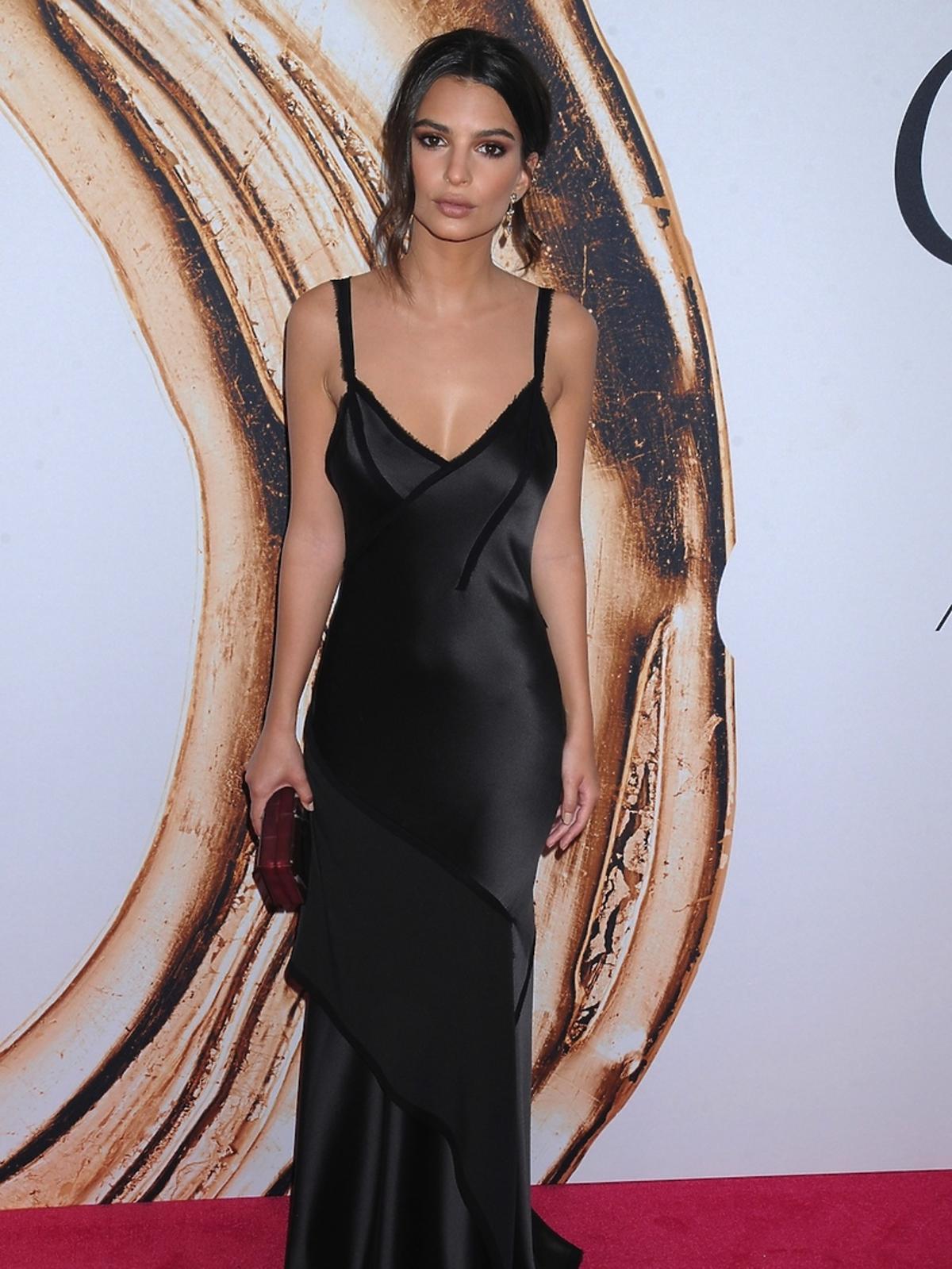 Emily Ratajkowski w czarnej sukni z dekoltem