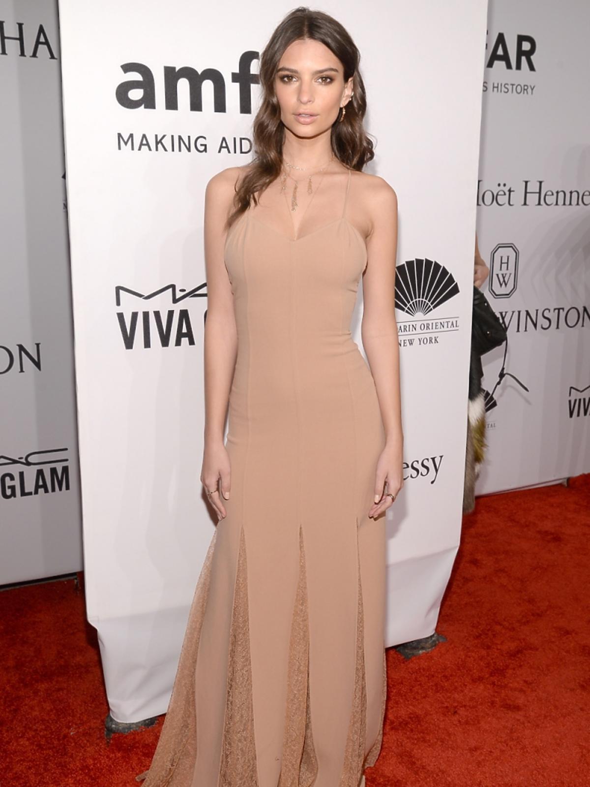 Emily Ratajkowski w długiej cielistej sukni
