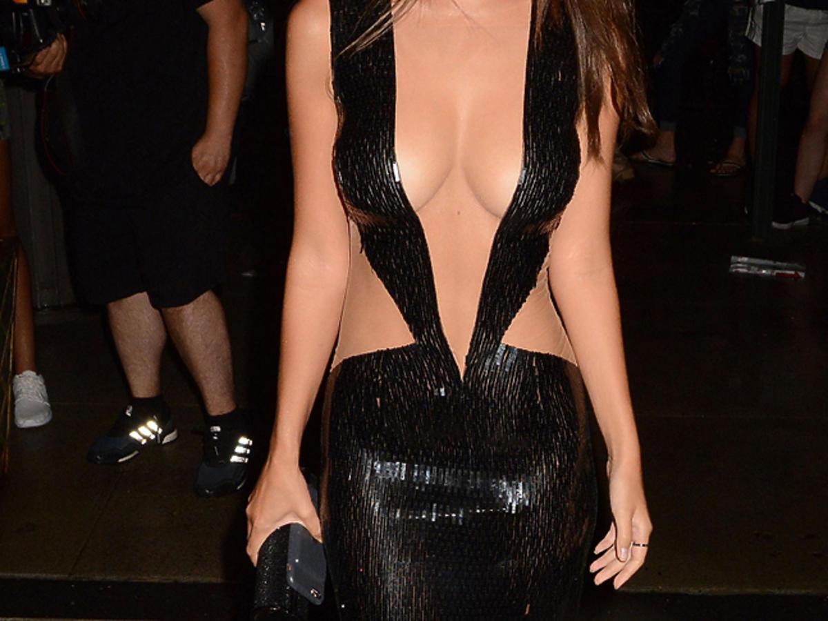 Emily Ratajkowski w sukience z dekoltem to pępka