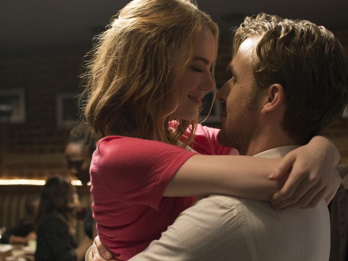 Emma Stone i Ryan Gosling całują się w filmie La La Land