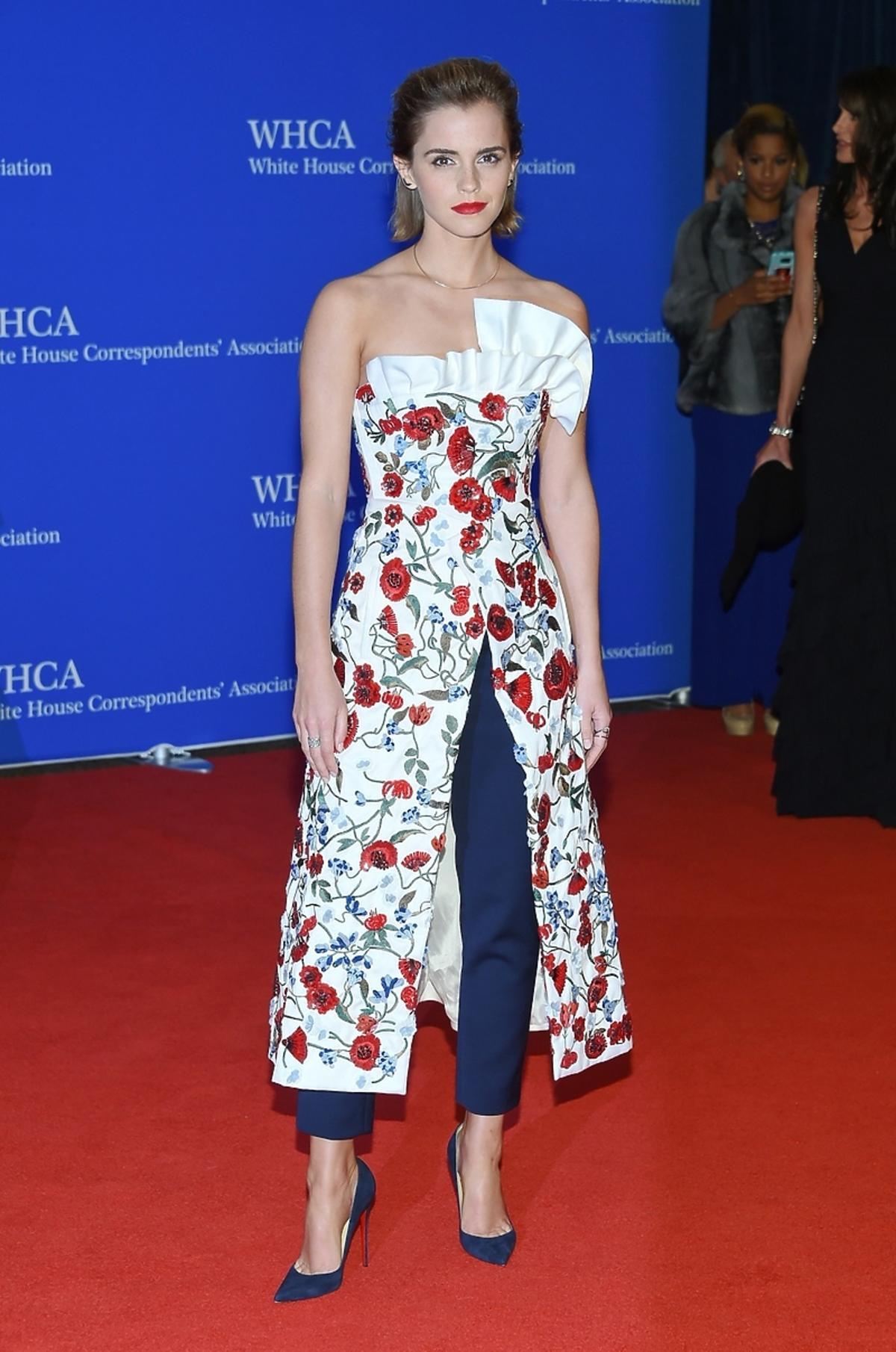 Emma Watson w białej sukience w kwiaty i spodniach