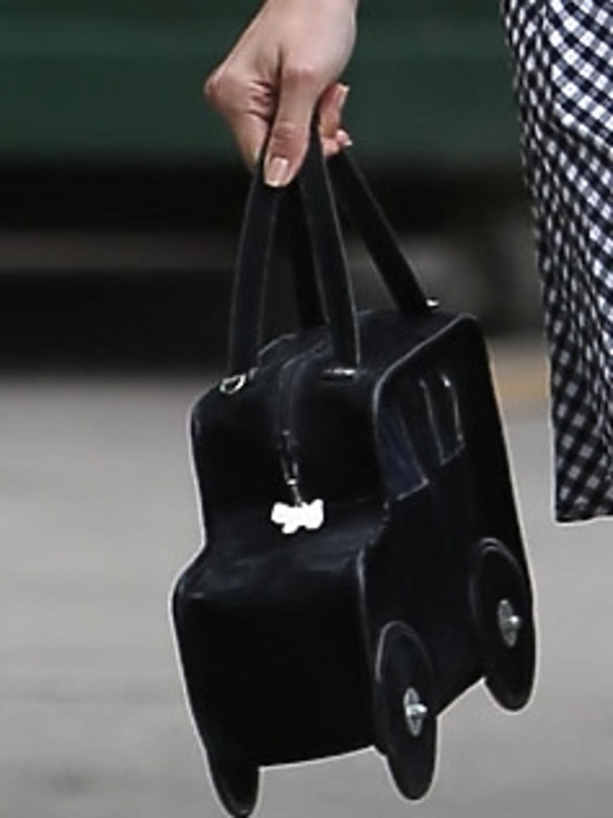 Emmy Rossum z torebką z oryginalną torebką