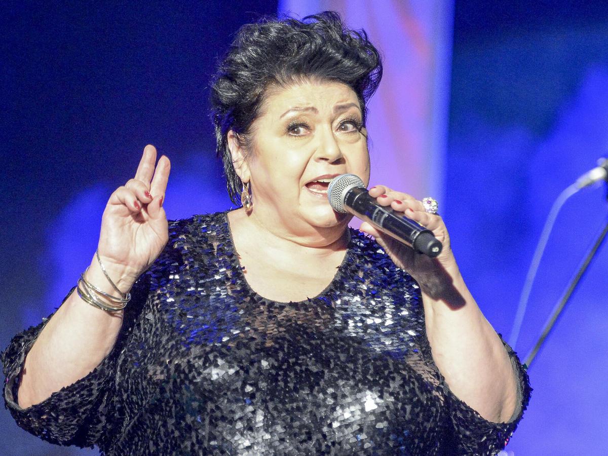 Ewa Bem z mikrofonem scenie