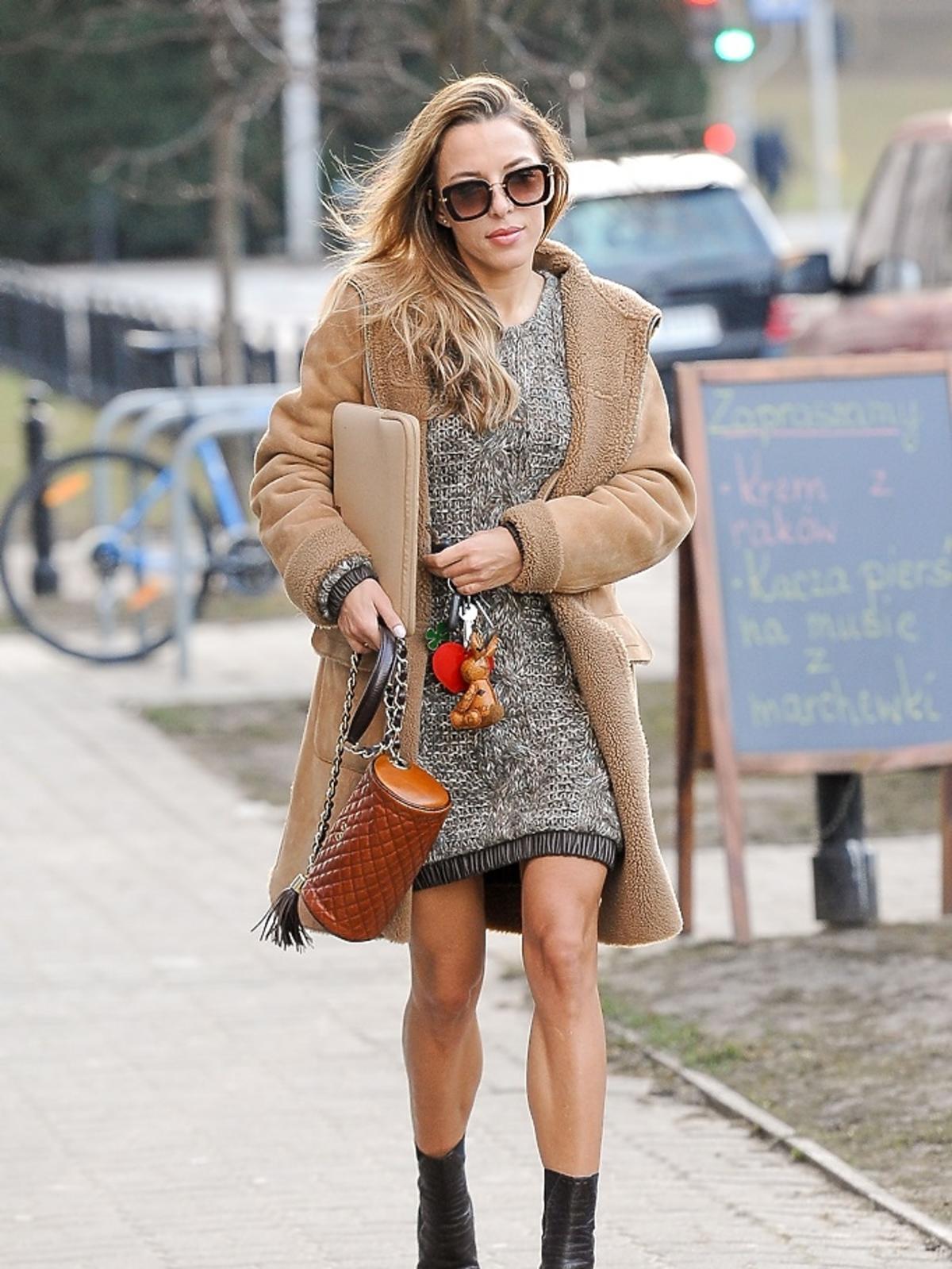 Ewa Chodakowska w beżowym płaszczu