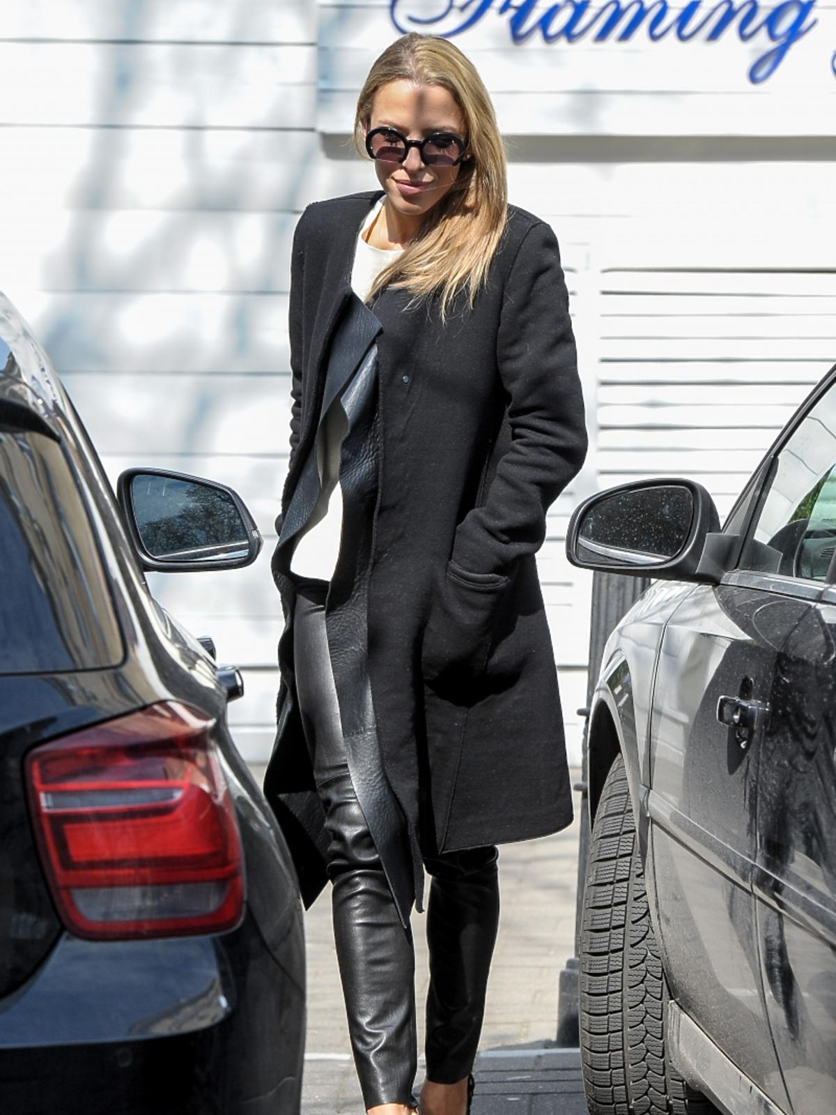 Ewa Chodakowska w czarnym płaszczu