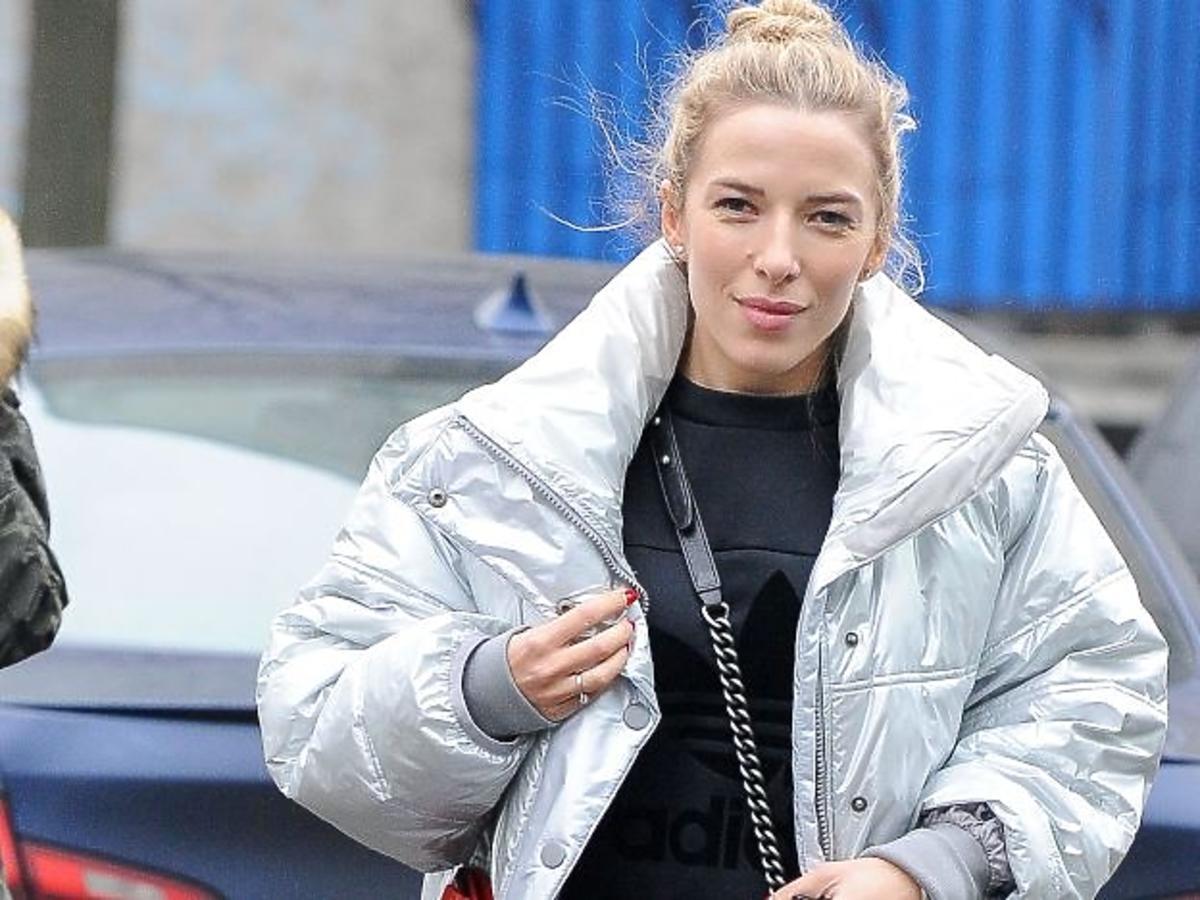 Ewa Chodakowska w srebrnej kurtce