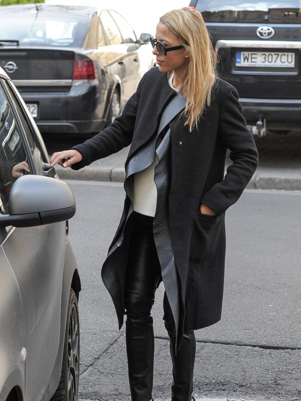 Ewa Chodakowska wsiada so samochodu