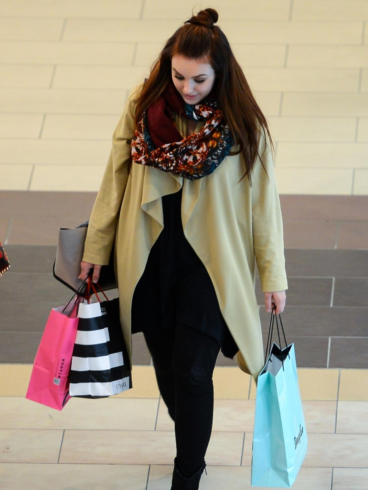 Ewa Farna na zakupach w centrum handlowym. Przyłapana przez paparazzi.