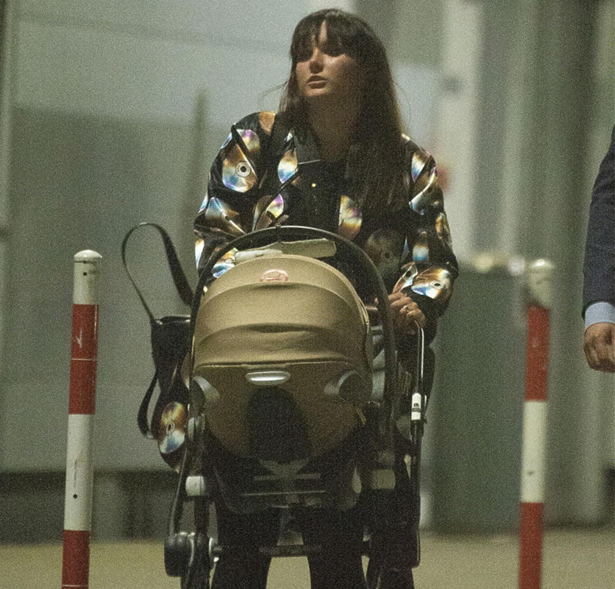 Ewa Farna prowadzi syna w wózku po koncercie