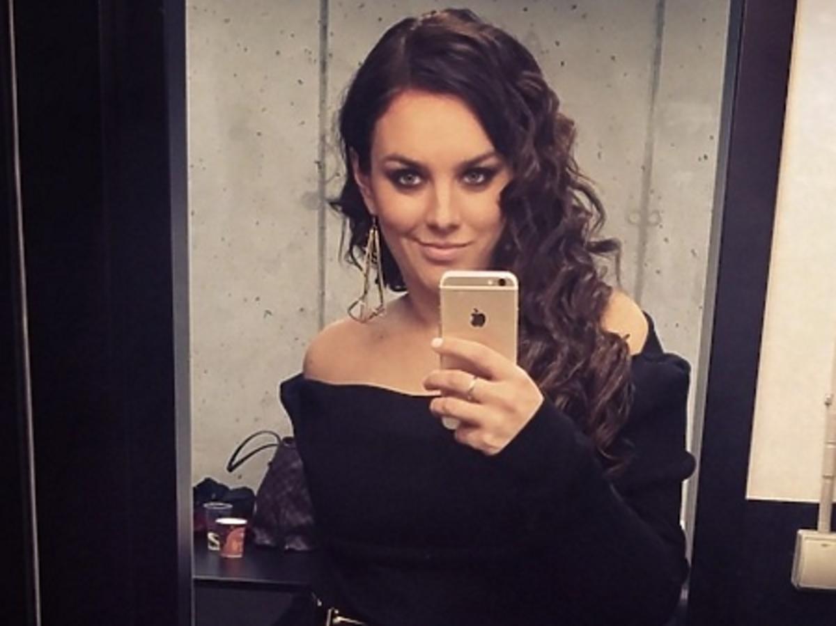 Ewa Farna robi sobie selfie przed lustrem