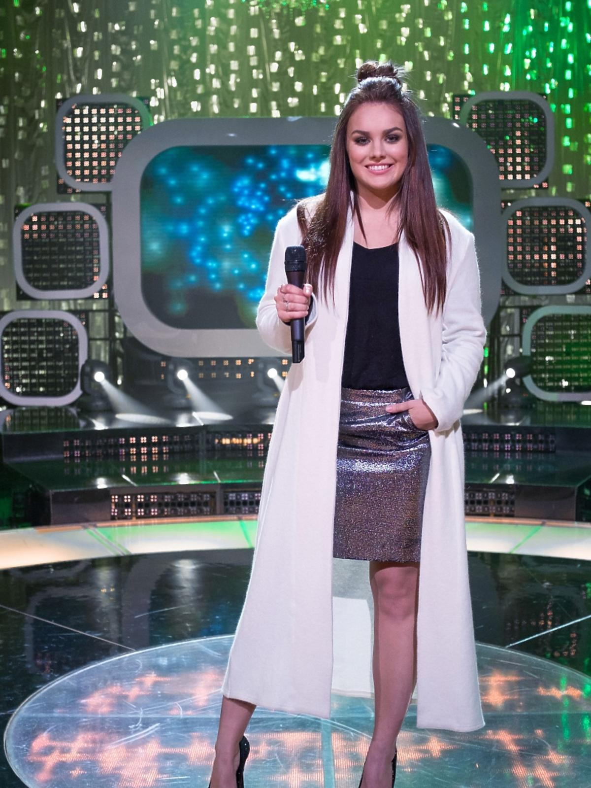Ewa Farna w białym płaszczu