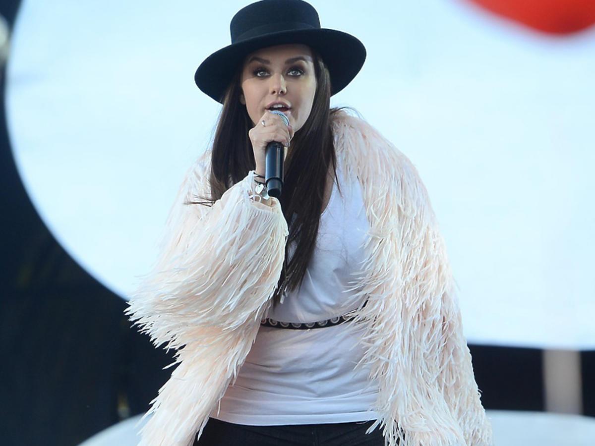 Ewa Farna w czarnym kapeluszu
