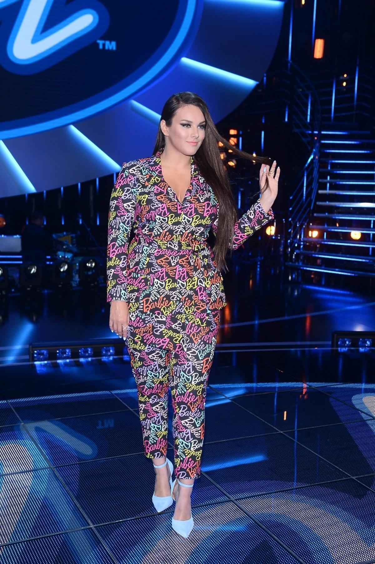 Ewa Farna w kolorowym garniturze