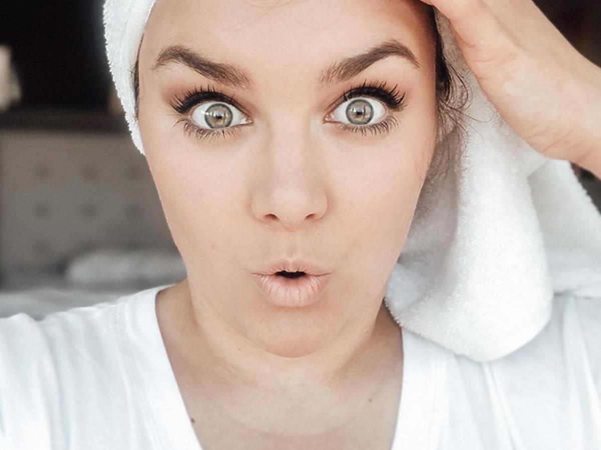 Ewa Farna w ręczniku na głowie