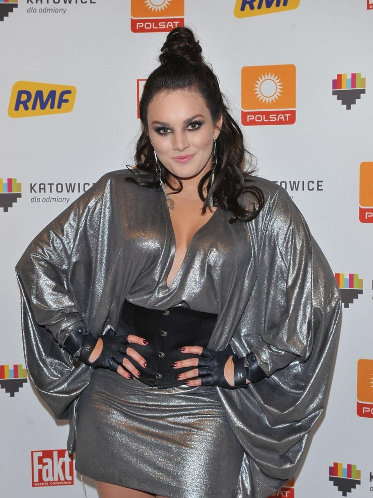 Ewa Farna w srebrnej sukience