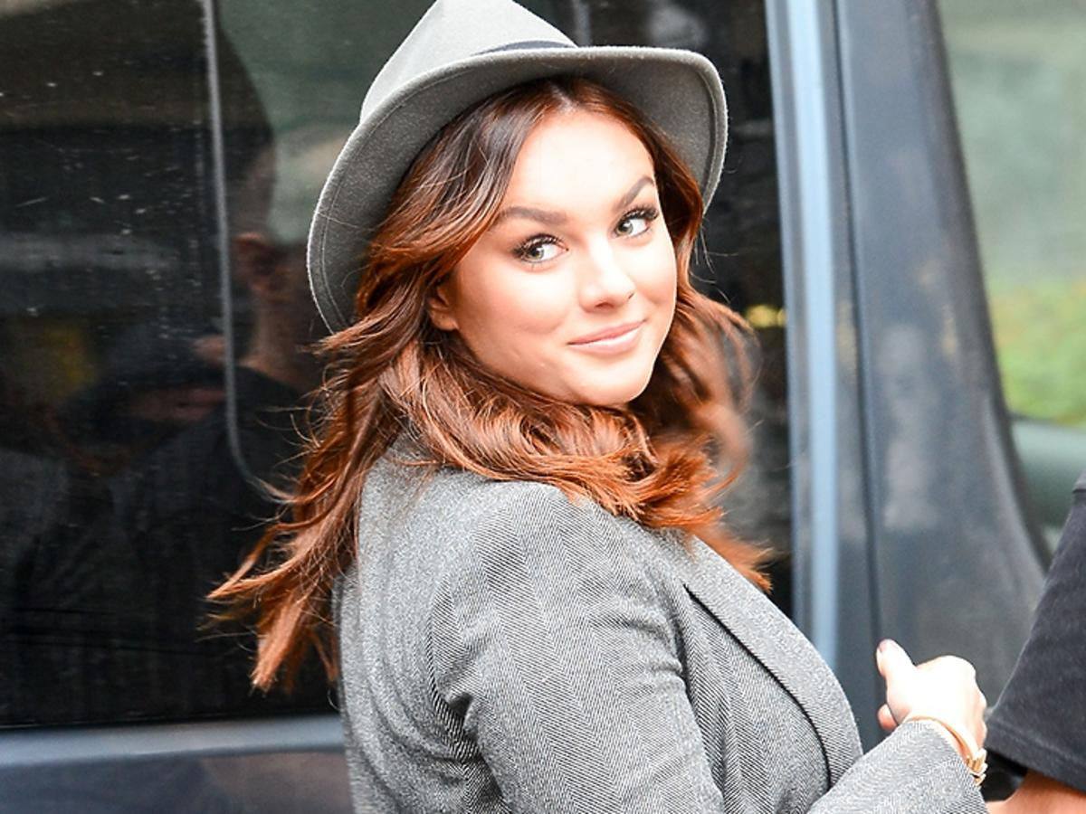 Ewa Farna w szarym kapeluszu wychodzi z DDTVN