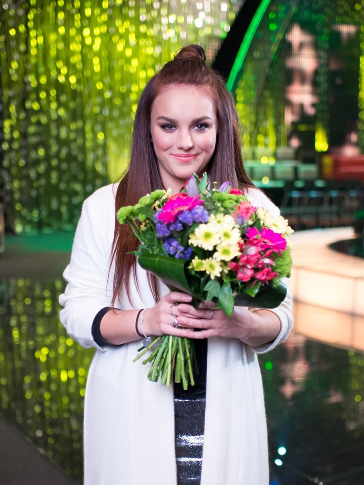 Ewa Farna z kwiatami