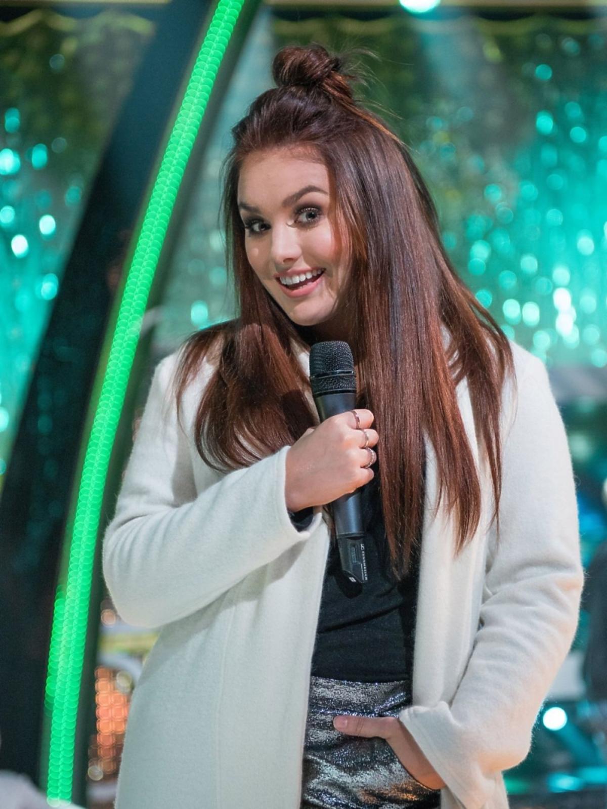 Ewa Farna z mikrofonem