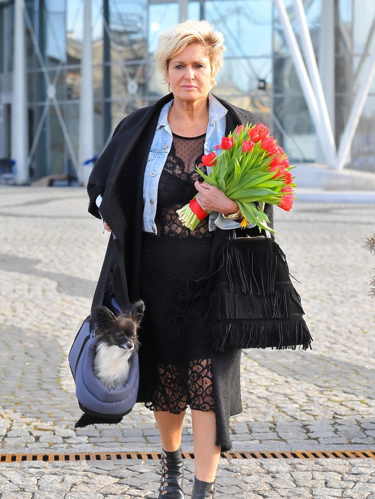 Ewa Kasprzyk pod studiem TVP