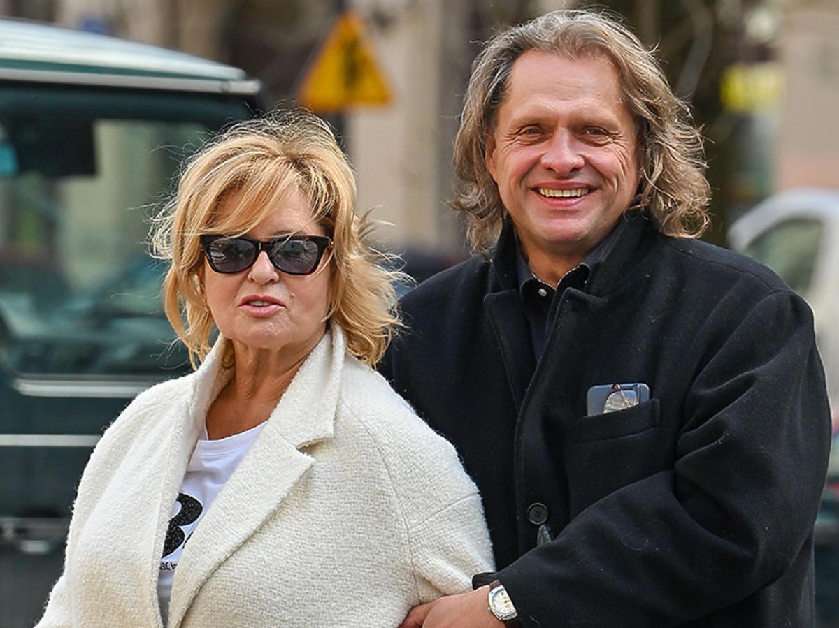 Ewa Kasprzyk w białym płaszczu i słonecznych okularach