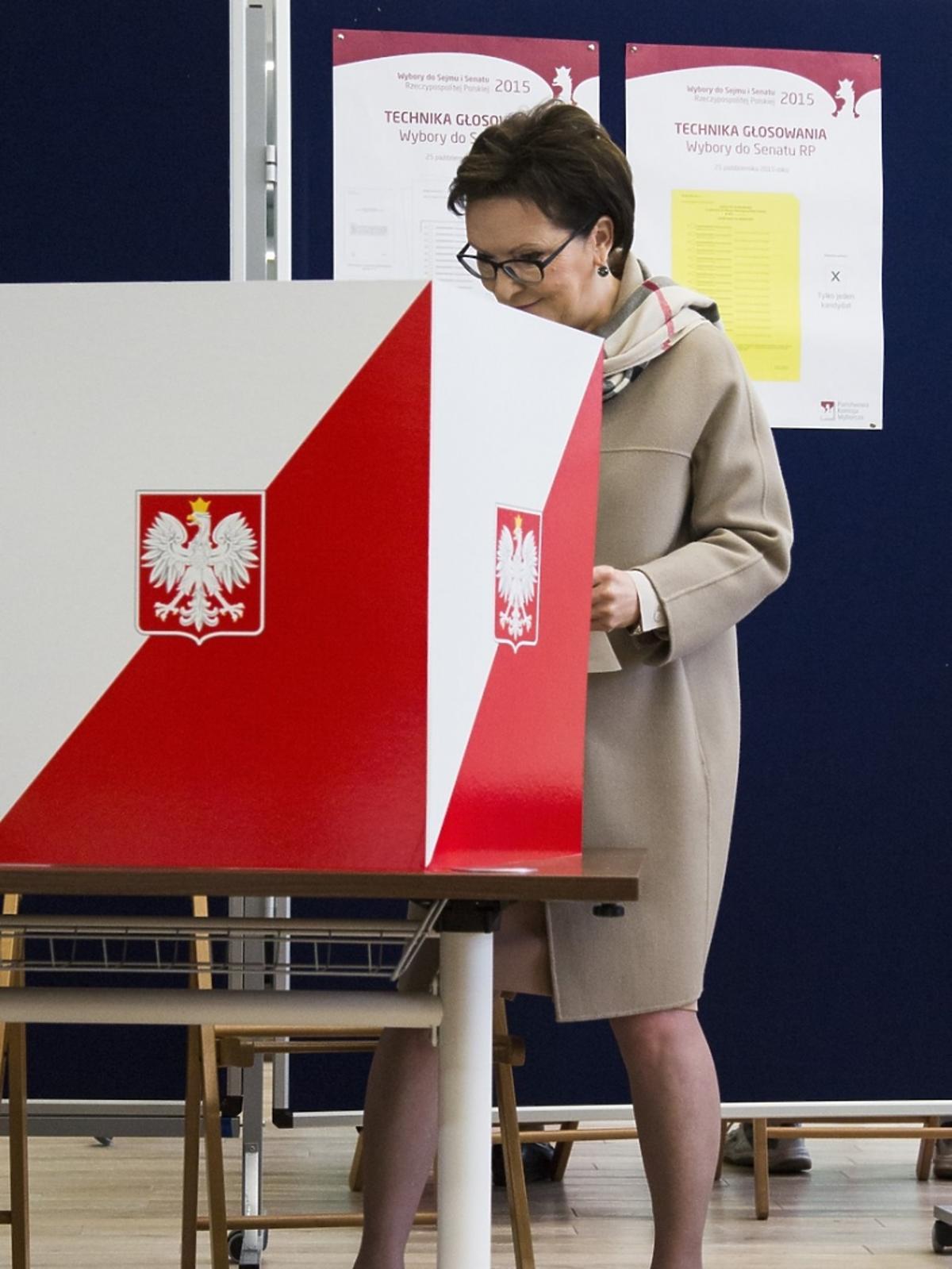 Ewa Kopacz przy urnie wyborczej