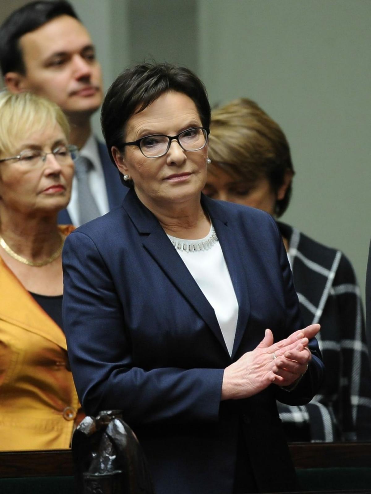 Ewa Kopacz w granatowej marynarce w Sejmie
