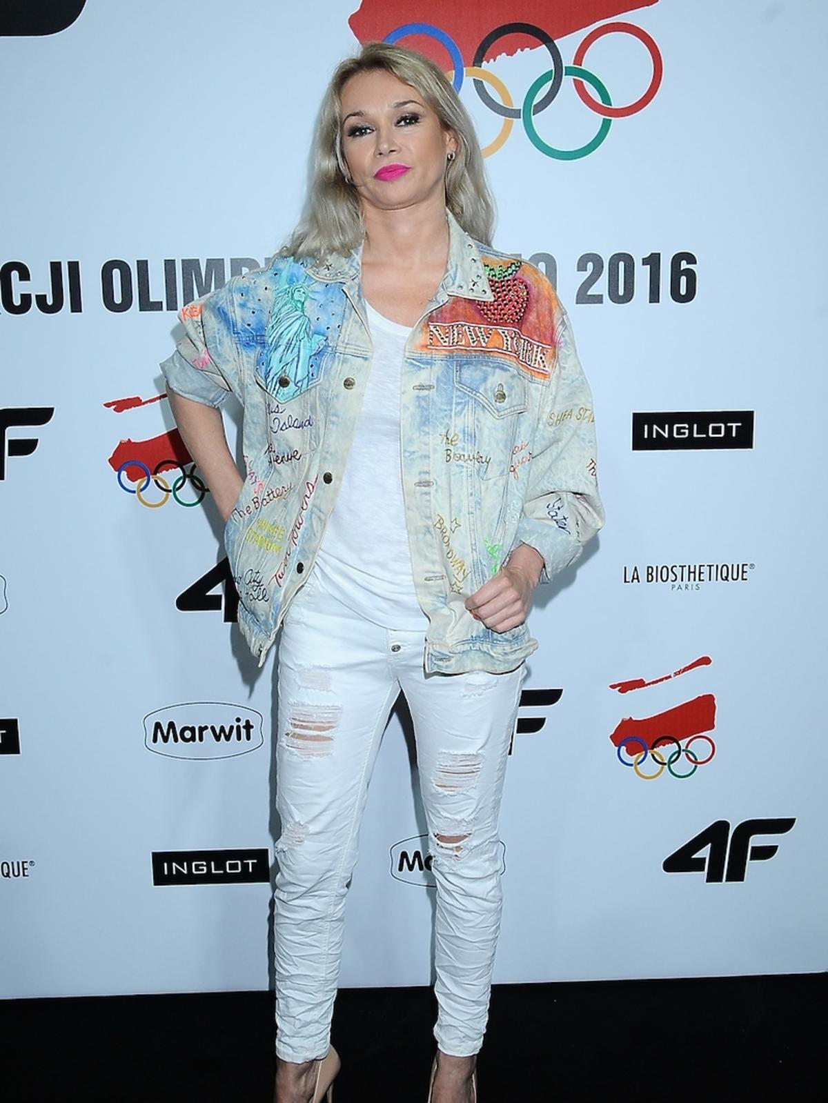 Ewa Pacuła w białych spodniach i kolorowej kurtce