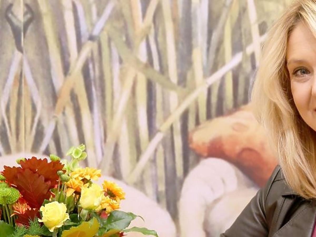 Ewa Wachowicz w bordowej sukience