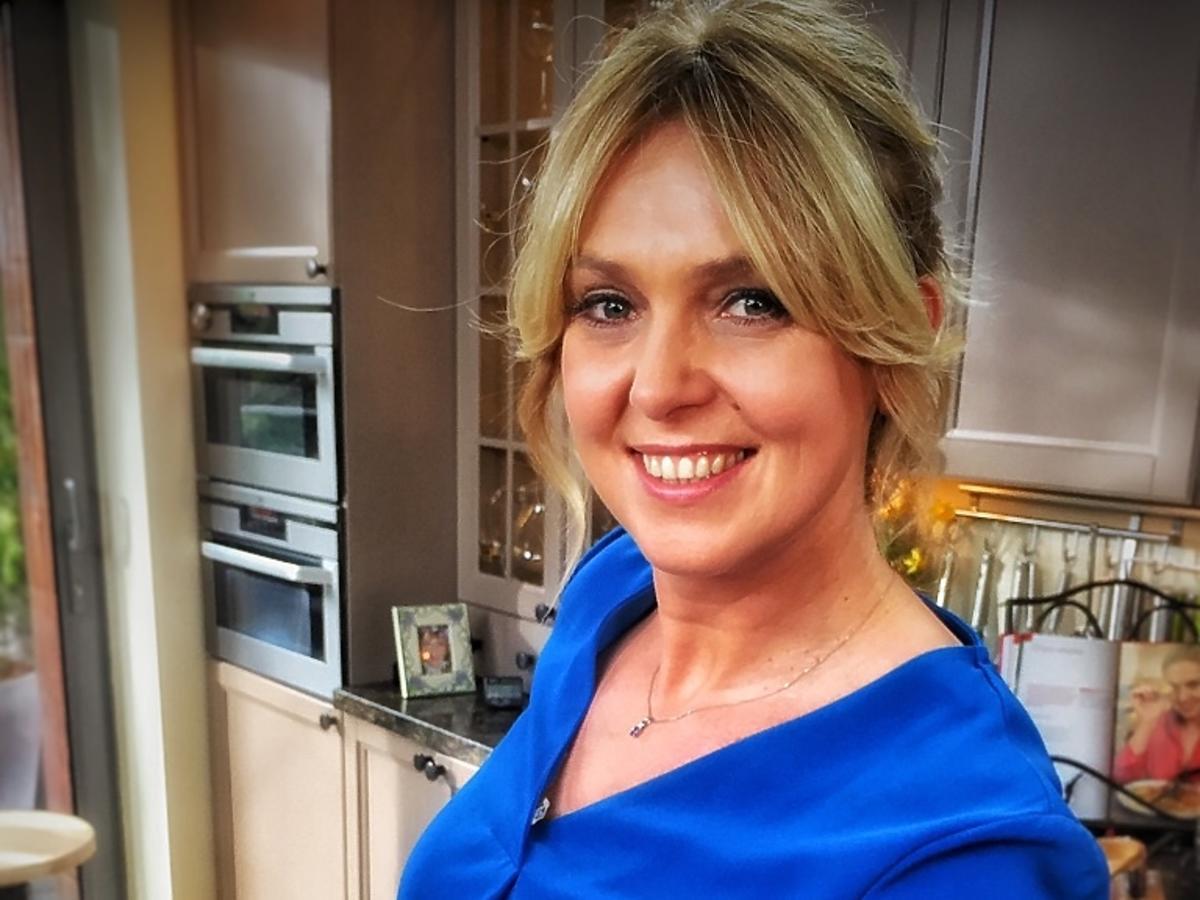 Ewa Wachowicz w niebieskiej bluzce