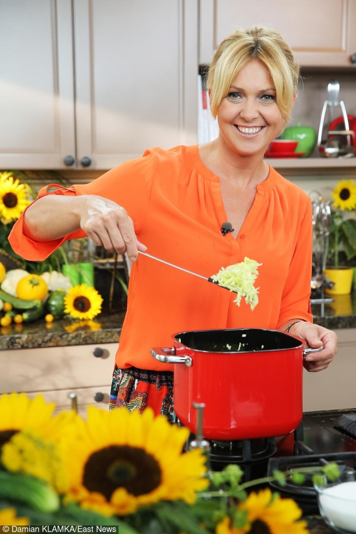 Ewa Wachowicz w swojej kuchni przygotowuje danie z sezonowych warzyw